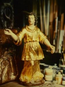 ange en bois doré et peint